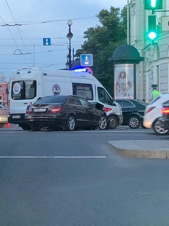 Двое фельдшеров скорой пострадали в ДТП на Невском проспекте