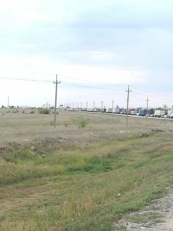 На границе Оренбурга и Казахстана образуются большие пробки