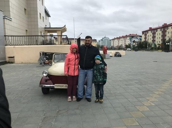 Глава администрации Салехарда прокатил мальчика на ретро-автомобиле