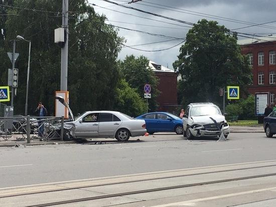 В Калининграде на Ленинском проспекте автомобиль протаранил ограждение