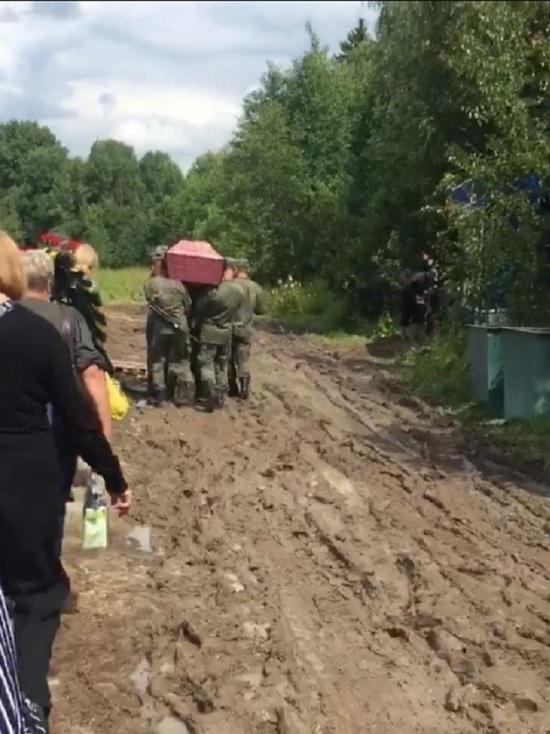 После дождей ярославское кладбище Селифонтово тонет в грязи