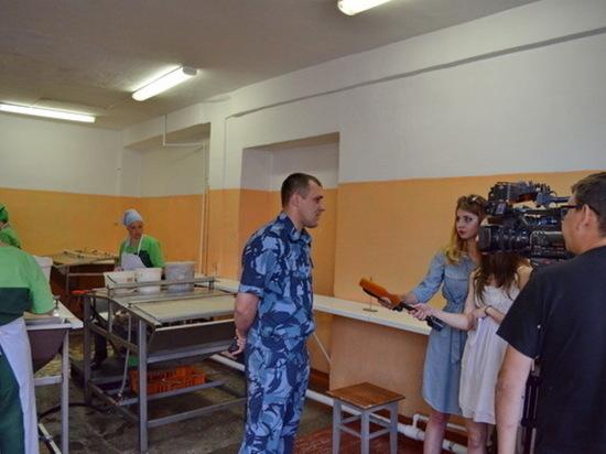 В Хакасии женщины-заключенные работают в рыбообрабатывающем цехе