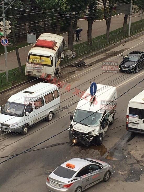 Пассажирский автобус столкнулся с катафалком в центре Калуги