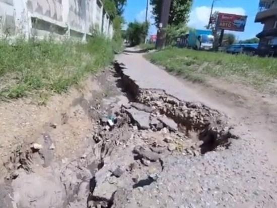 Читинец показал ремонт дорог мешками и «тротуары-убийцы»