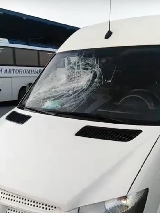 Соцсети: в аэропорту Сургута разбили микроавтобус бизнесмена из Ноябрьска