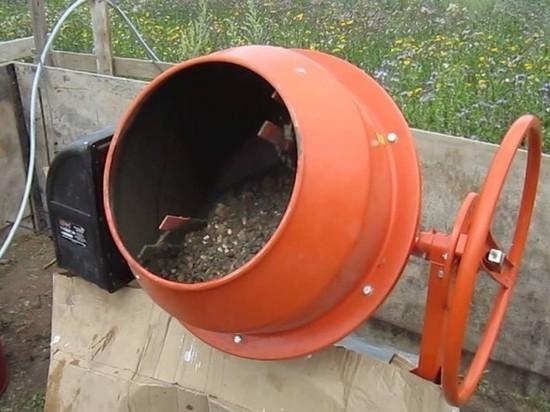 В Нестеровском районе местный житель украл бетономешалку у сельчанки
