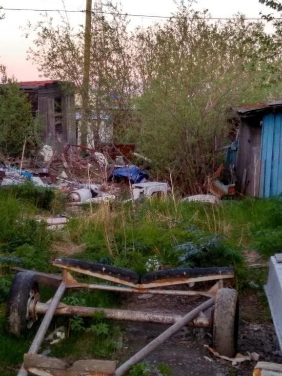 Жителей Салехарда возмутила крупная свалка рядом с детсадом