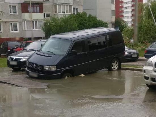 В Калининграде под микроавтобусом провалился асфальт