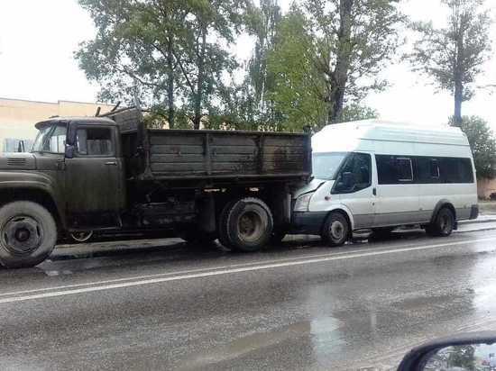 В Твери маршрутка Автоэкспресса врезалась в ЗИЛ