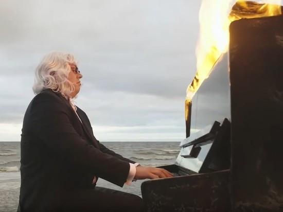 Слепой музыкант из Петербурга исполнил Рихтера на горящем пианино