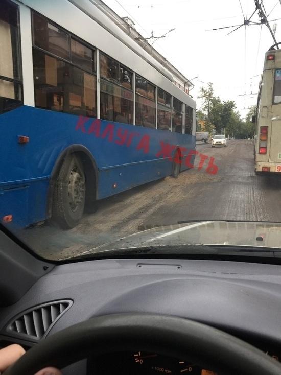 Очередной троллейбус провалился в яму в Калуге