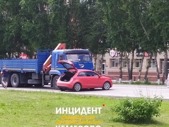 Возле известного кемеровского магазина КамАЗ влетел в красную иномарку