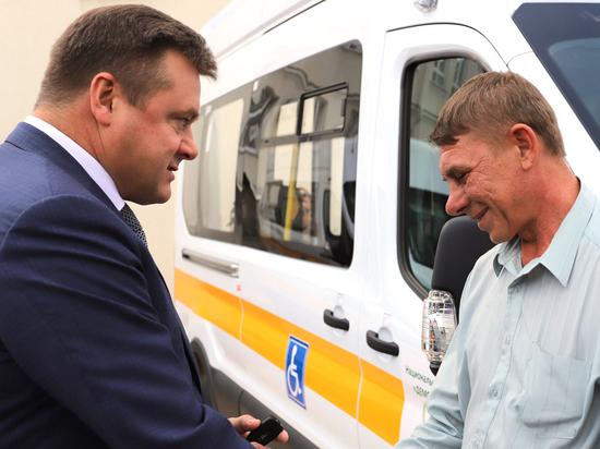 Рязанским центрам соцобслуживания передали новые микроавтобусы