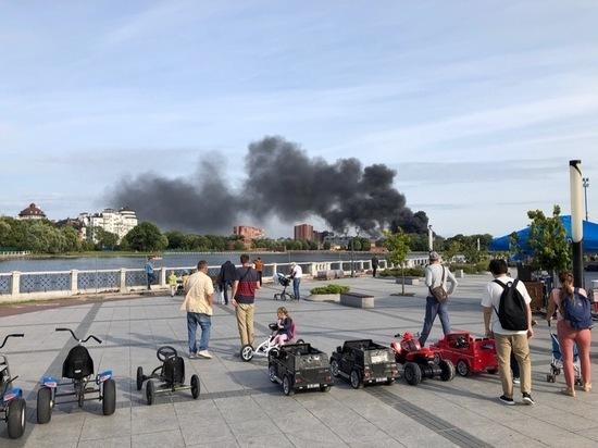 В небе над Калининградом поднялся черный столб дыма: горит ликёроводочный завод