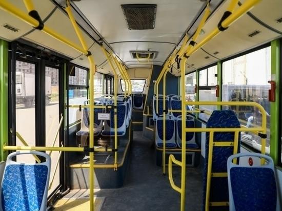 Девушка шагнула под автобус в Волгограде, но пострадал пассажир
