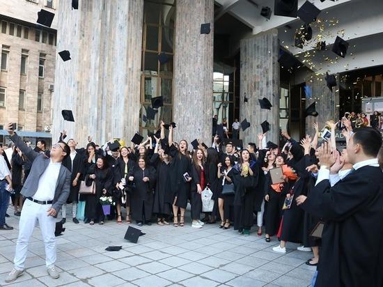В Каспийском университете состоялась торжественная церемония награждения выпускников