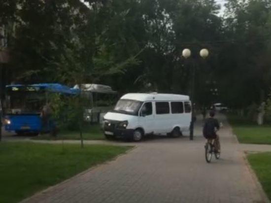 В Астрахани маршрутки ездят по пешеходным аллеям