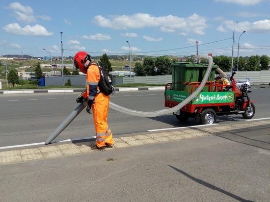 Красноярские коммунальщики убирают улицы самодельным пылесосом