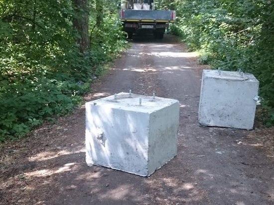 В Шарташском лесопарке дороги закрыли бетонными блоками