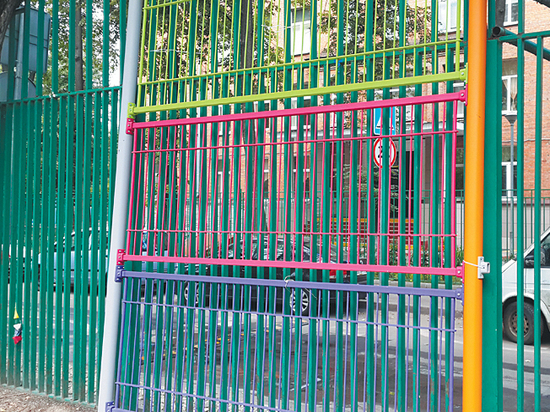 Жители Хамовников борются с коммунальщиками за забор