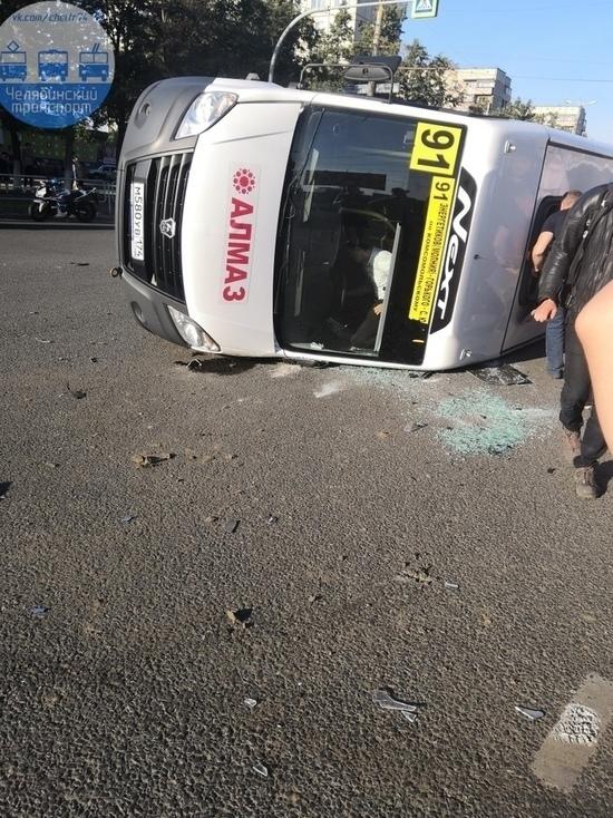 В Челябинске опрокинулась маршрутка, пострадали семь человек