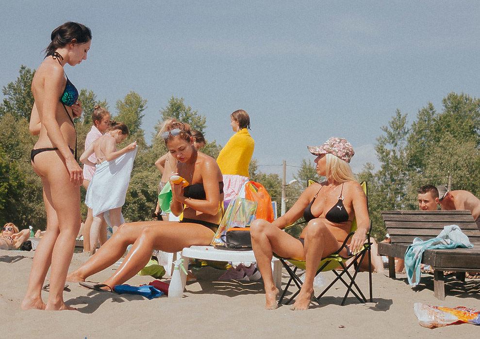 Жара, красивые полуобнаженные девушки, веселые парни: как барнаульцы отдыхают на городском пляже