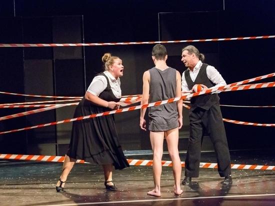 """Театр Дуровой показал в Германии спектакль о """"муках пубертатного периода"""""""