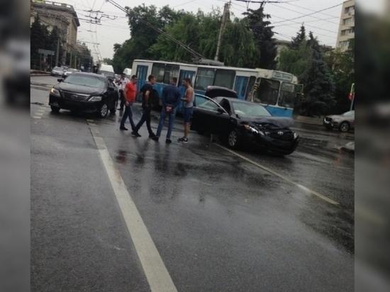 Центр Волгограда парализовало ДТП с двумя иномарками