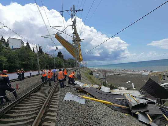 С пляжного кафе в Сочи крышу сдуло на железную дорогу: пострадал пассажир поезда