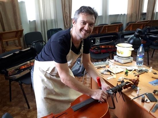 Скрипки и виолончели Хакасской филармонии реставрирует итальянский мастер