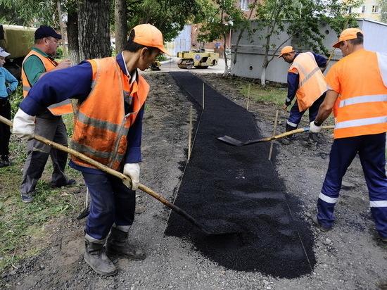 В Омске починили больше ста тротуаров