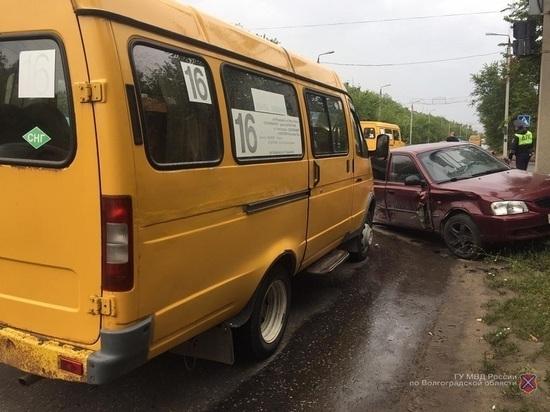 В тройной аварии с маршруткой под Волгоградом пострадал 2-летний малыш