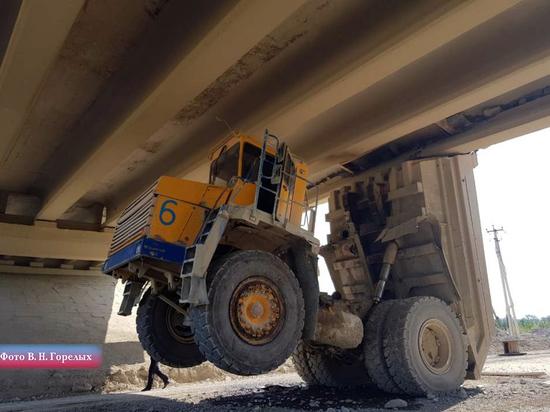 На Урале БелАЗ протаранил мост