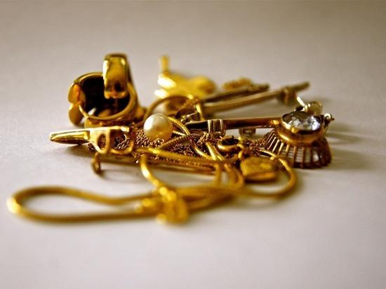 Сын-алкоголик украл у матери золото, она сдала его полиции