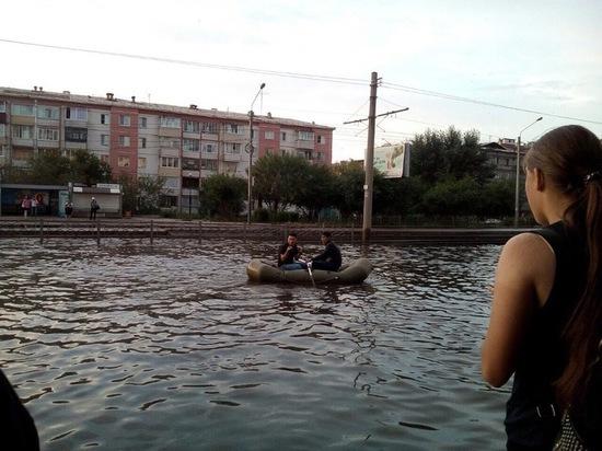 В Улан-Удэ горожане прокатились по улице на резиновой лодке