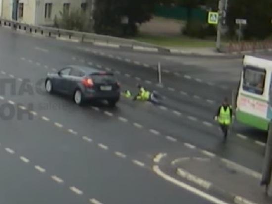 В Ярославле иномарка сбила двух дорожных рабочих