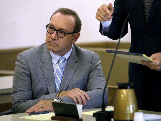 Со звезды «Карточного домика» Кевина Спейси сняли обвинения в сексуальных домогательствах