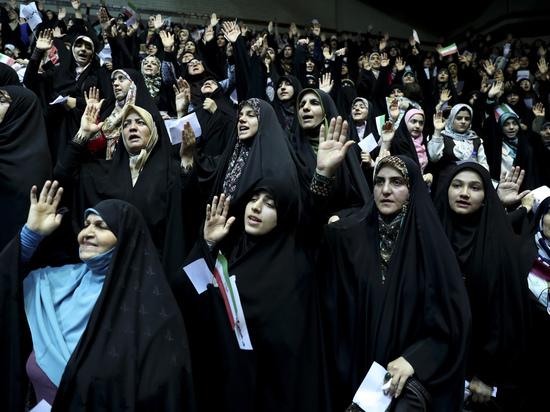 Иранским женщинам разрешили смотреть футбол