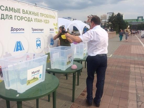 В Улан-Удэ Игорь Шутенков «проголосовал водой» за четыре городских проблемы из четырех