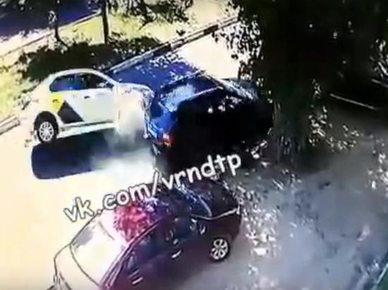 В Воронеже пьяный таксист протаранил два автомобиля и перевернулся