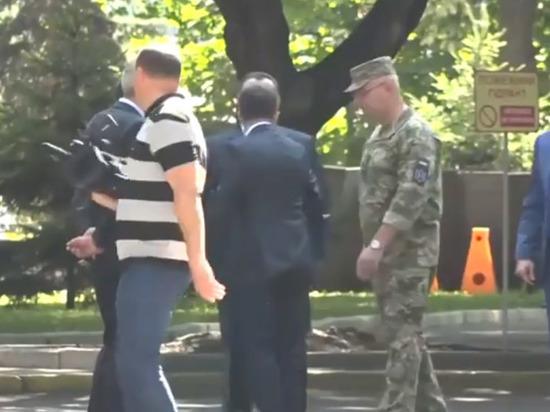 Зеленский толкнул главу Минобороны Украины
