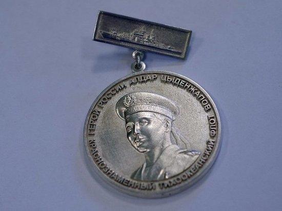 Художник из Бурятии сделал из серебра медаль героя России Алдара Цыденжапова