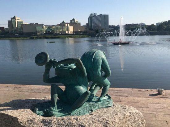 В Челябинске на набережной реки Миасс установили бронзовых лягушек