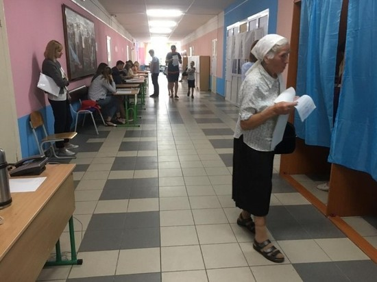 На подступах к киевским участкам бабушки агитируют друг друга