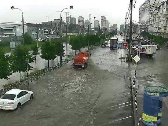 Ливень в Краснодаре: в городе начало подтапливать жилые дома