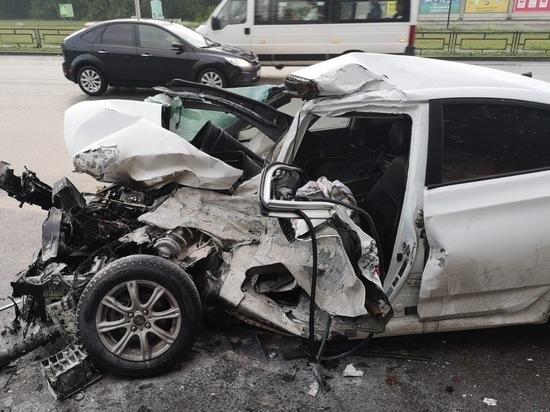 В Березовском автомобиль Hyundai Solaris врезался в автобус, после чего загорелся