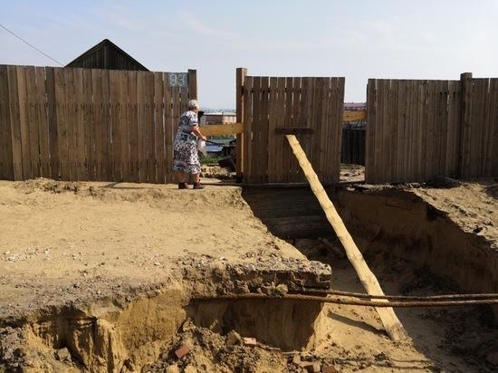 В Улан-Удэ пенсионерка осталась один на один с последождевыми оврагами