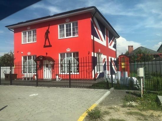 В Калининградской области фанат «Queen» построил дом в стиле любимой группы