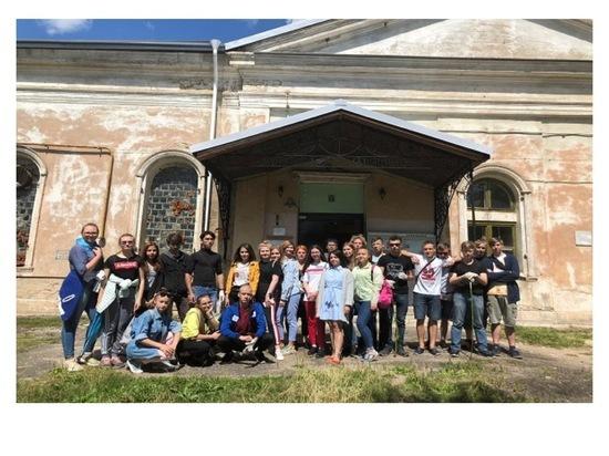 В Серпухове подростки помогли навести порядок в Распятском соборе
