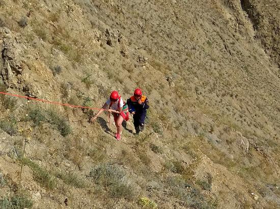 Сидела и ждала: под Феодосией спасатели спустили туристку